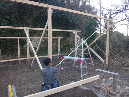 垂直を確認 格安簡単小屋の作業 小屋大全