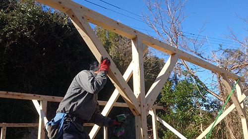 方杖を設置する 格安簡単小屋の作業 小屋大全