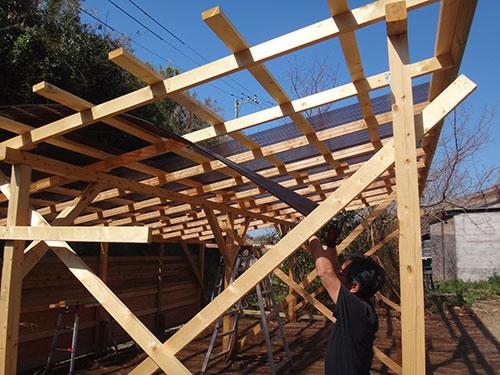 1人で波板を屋根場に上げる方法 格安簡単小屋の作業 小屋大全