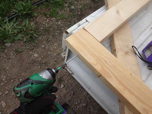 扉の枠を作る(コーナー部の補強ビス留め) 格安簡単小屋の作業 小屋大全