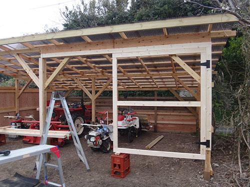 扉の枠の設置(ヒンジ) 格安簡単小屋の作業 小屋大全