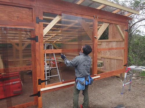 扉の枠に波板を張る 格安簡単小屋の作業 小屋大全