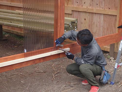 扉の枠に波板を張る2 格安簡単小屋の作業 小屋大全