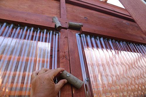 枝でストッパーを設置 格安簡単小屋の作業 小屋大全