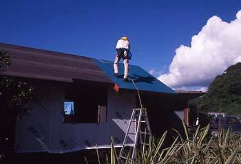 屋根張り作業中